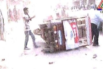 Pro-hartal activists vandalise an auto rickshaw in Mugda area of the capital on Wednesday during BNP-led 18-party alliance enforced 36-hour shutdown. Photo: TV grab