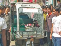 pickets vandalise a CNG-run auto-rickshaw on Abdul Hamid Road in Pabna town, Photo: Star