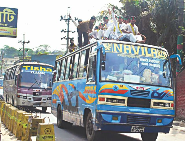 Hefajat activists on rented buses head for Dhaka from Chittagong. Photo: Star