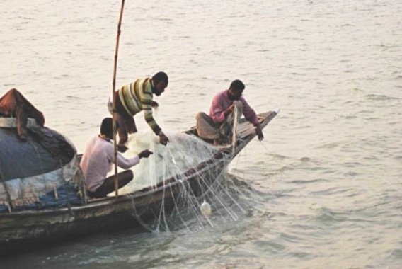 Fishermen netting jatka (hilsa fry) in Ramnabad River under Galachipa upazila of Patuakhali despite a government-imposed ban on catching the young hilsa in the Bay and adjacent rivers in the coastal areas from November to May. Photo: Star
