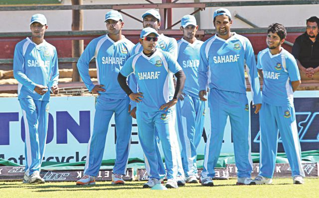 Bangladesh players, led by captain Mushfiqur Rahim (C), get ready for practice at the Queens Sports Club in Bulawayo yesterday ahead of their third and final ODI against Zimbabwe today. PHOTO: COURTESY OF PROTHOM ALO