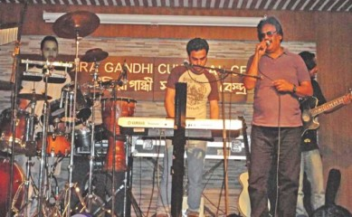 Habib (C) accompanies father Ferdous Wahid (R) on keys at the concert.