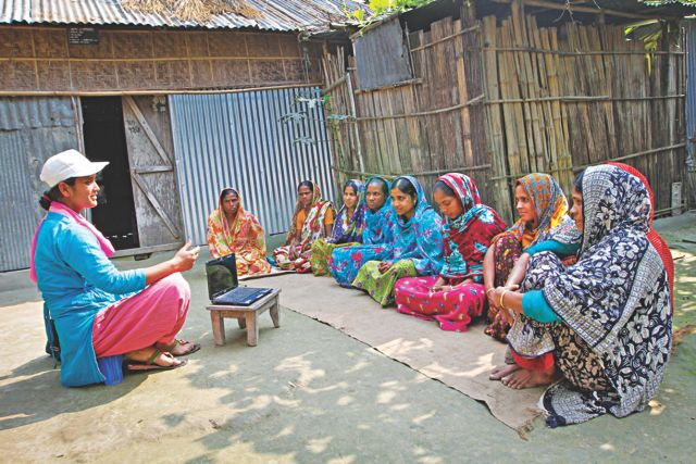 An Infolady speaks with rural women on their issues.