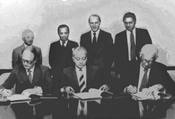 Standing from left: Syeduzzaman, Alternate ED, Jamaluddin,  Dy. PM, Stephansen, Director & Parmar, VP, IFC; Sitting from  left: Wessberg, CEO, Swedyards, the author and Dr. Haldor Topsoe.