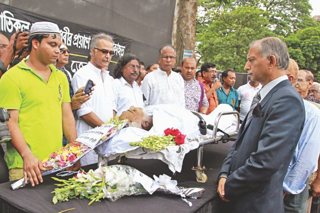 People from all walks of life pay their last respect to Atiqul Haque Chowdhury at the Central Shaheed Minar in the capital yesterday.  Photo: Star