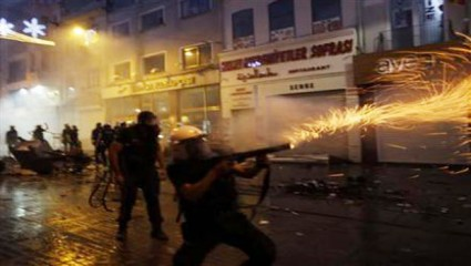 Riot police are using teargas to disperse the crowd during an anti-government protest at Taskim Square in Central Istanbul on May 31, 2013. Photo: Reuters