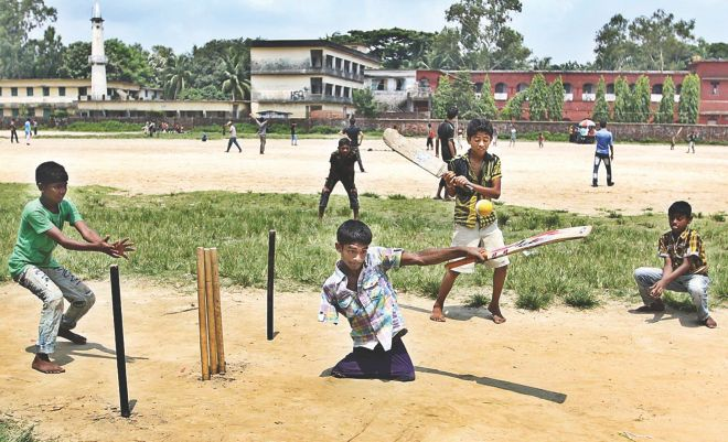 AMPUTATED ALL-ROUNDER! 15-year-old Mohammad Sharif can bat like Tamim Iqbal, besides bowling like Shakib or fielding like Nasir, only with his love for the game of cricket.  Photo: Writer