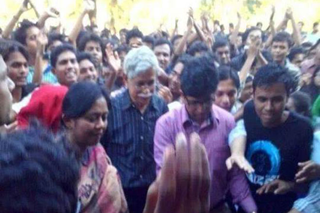 Students of Shahjalal University of Science & Technology cheering surrounding Zafar Iqbal and his wife Yasmeen Haque as they withdraw their resignation letters Wednesday. Photo: Facebook